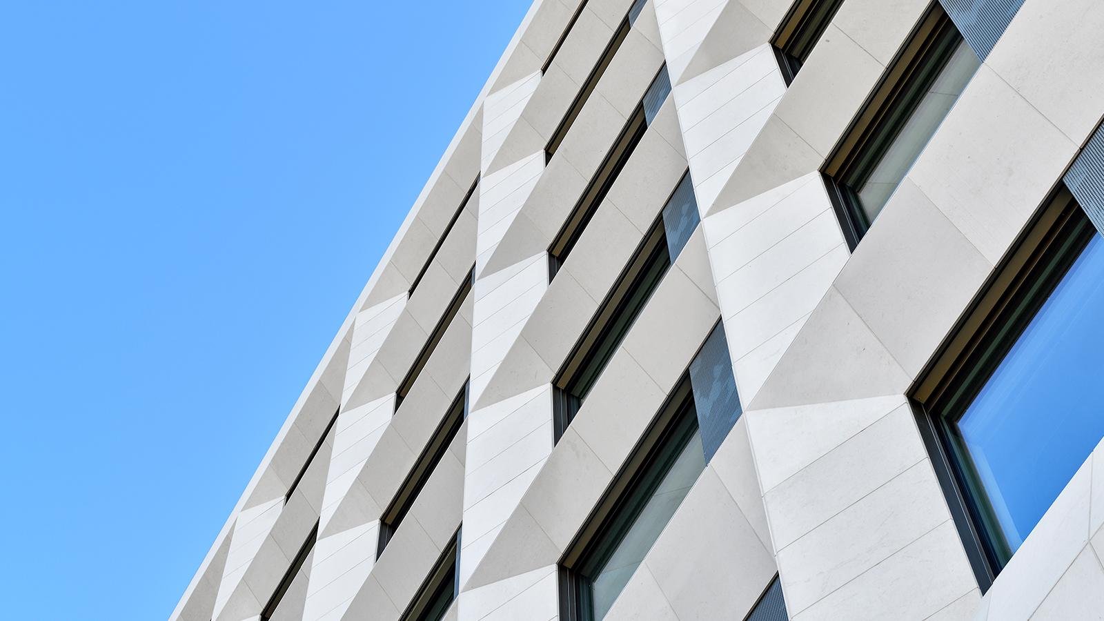 h2m-architekten-fassade-klinikum-kulmbach-fertiggestellt-detail