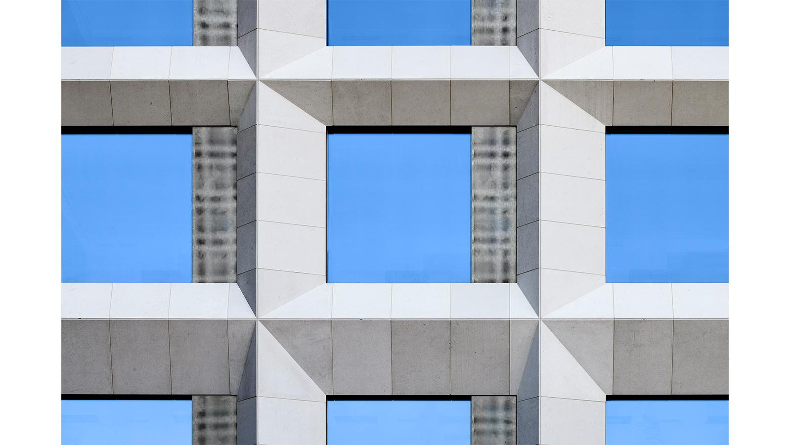 h2m-architekten-fassade-klinikum-kulmbach-fertiggestellt-frontal-detail