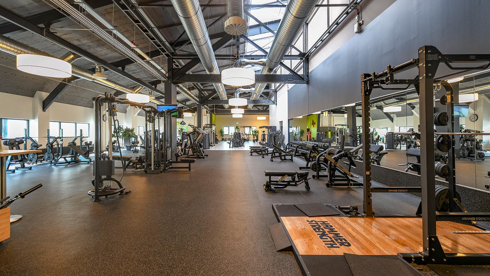 h2m-architekten-hubland-center-wuerzburg-altes-hangargebaeude-obergeschoss-fitnessstudio
