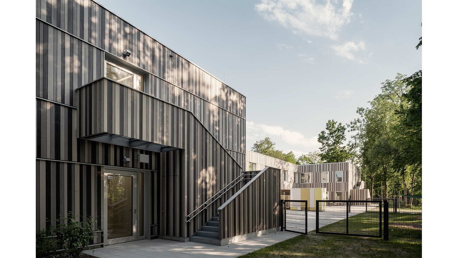 h2m-architekten-kinder-und-jugendpsychiatrie-garten-baumbestand-treppe