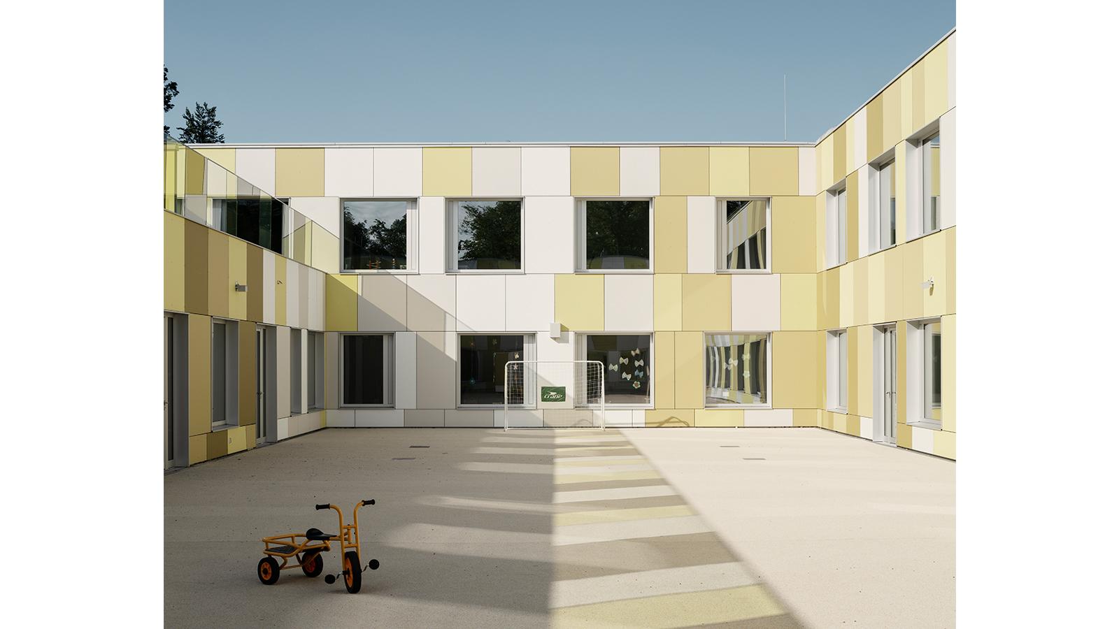h2m-architekten-kinder-und-jugendpsychiatrie-geschuetzter-innenhof-spielhof-farben