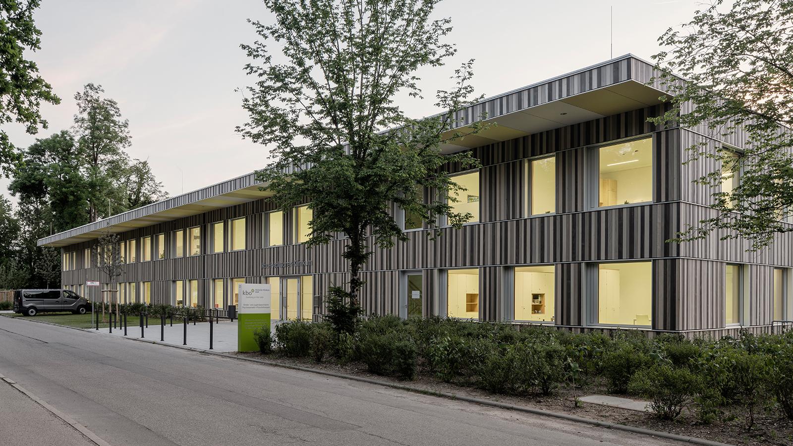 h2m-architekten-kinder-und-jugendpsychiatrie-strassenansicht-aufmacher-abend
