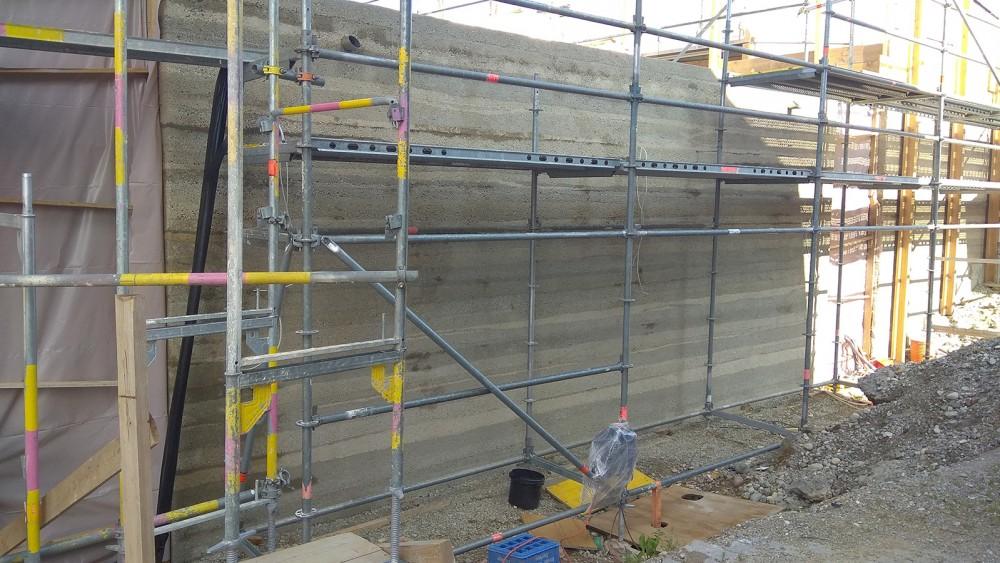 h2m-architekten-stampfbetonfassade-buergersaal-tyrlaching