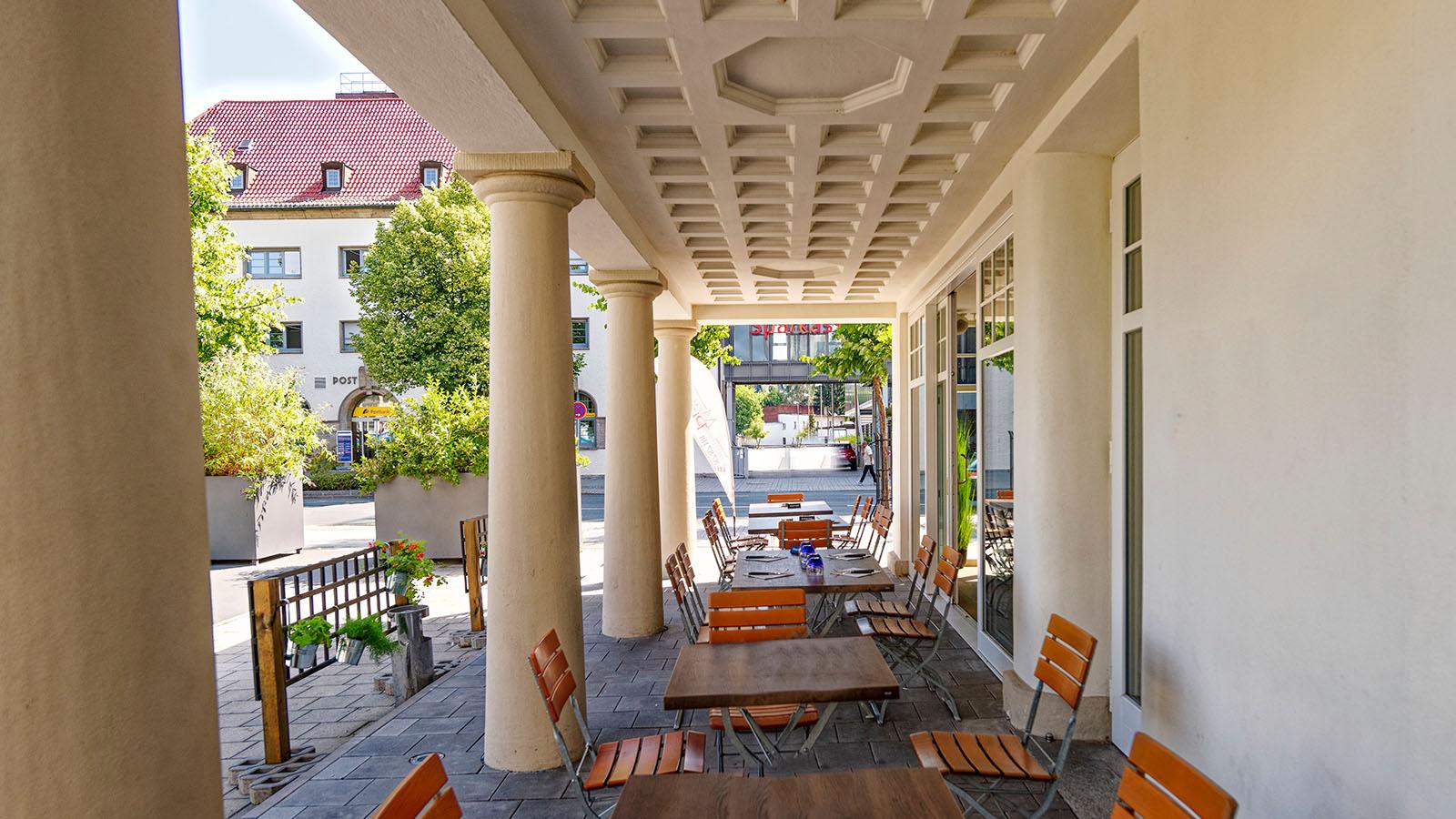 h2m-pfoertnerhaus-alte-spinnerei-kulmbach-denkmalschutz-sanierung-fassade-terrasse-saeulen