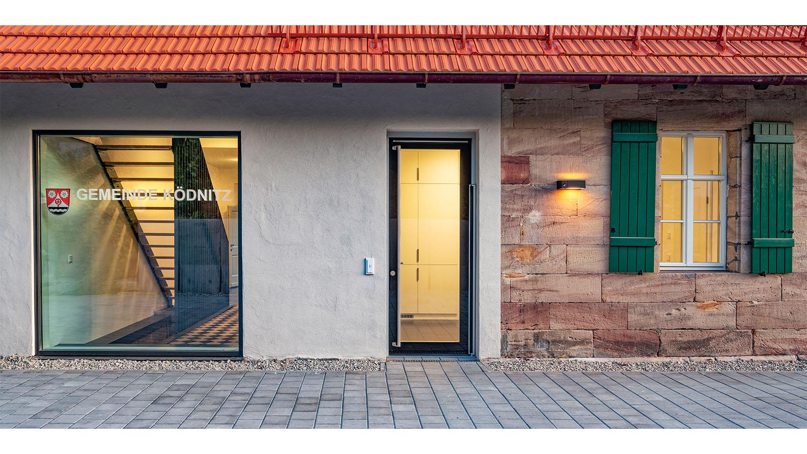 h2m-rathaus-koednitz-schulhaus-foelschnitz-barrierefreier-eingang-norden
