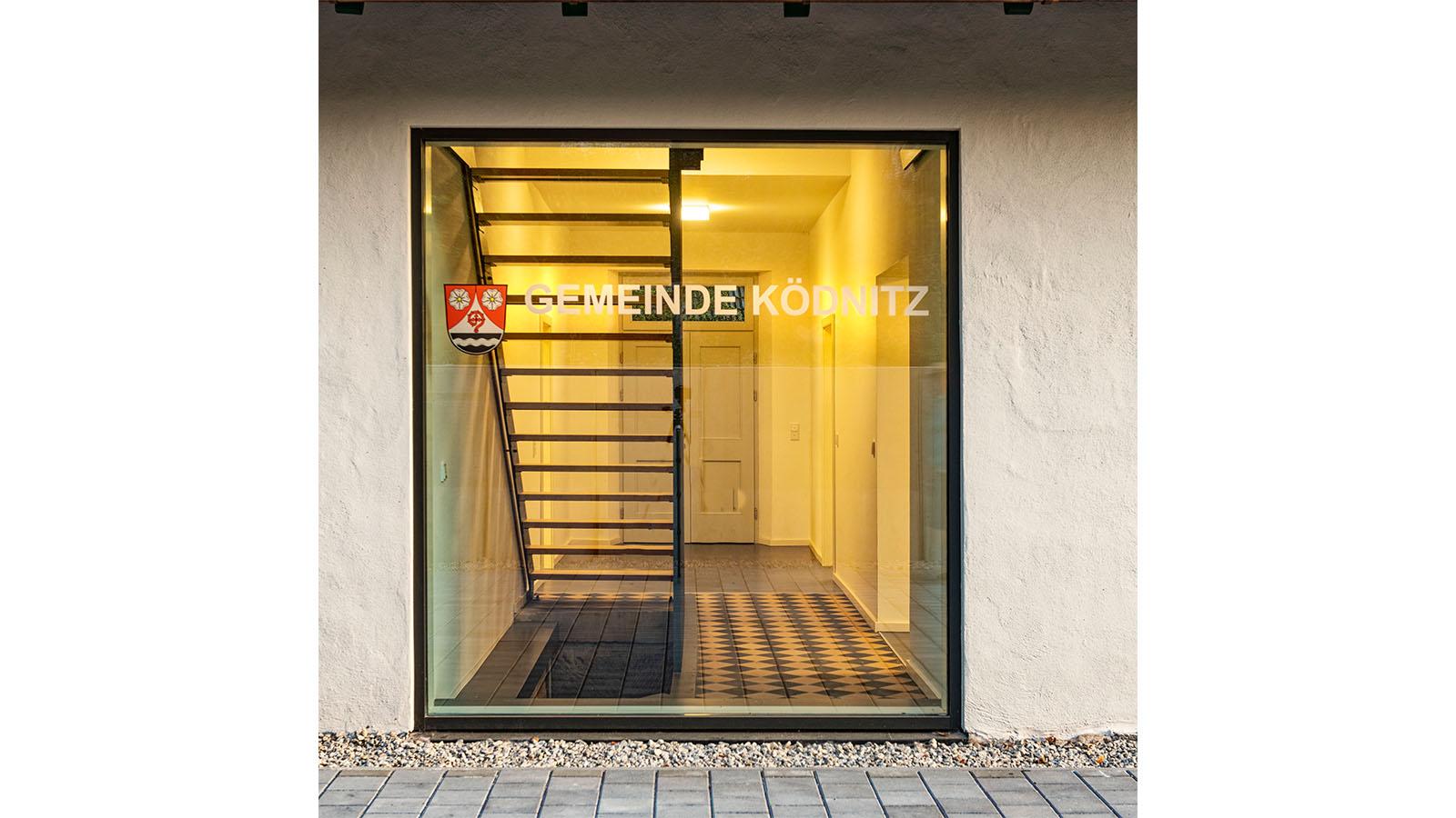 h2m-rathaus-koednitz-schulhaus-foelschnitz-barrierefreier-eingang-rueckseite-bodentiefes-fenster