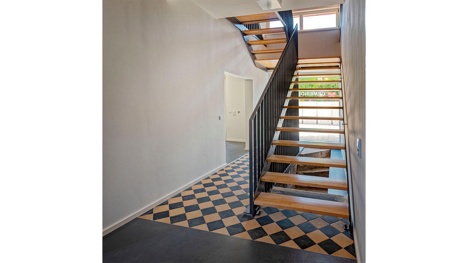 h2m-rathaus-koednitz-schulhaus-foelschnitz-innenansicht-treppe
